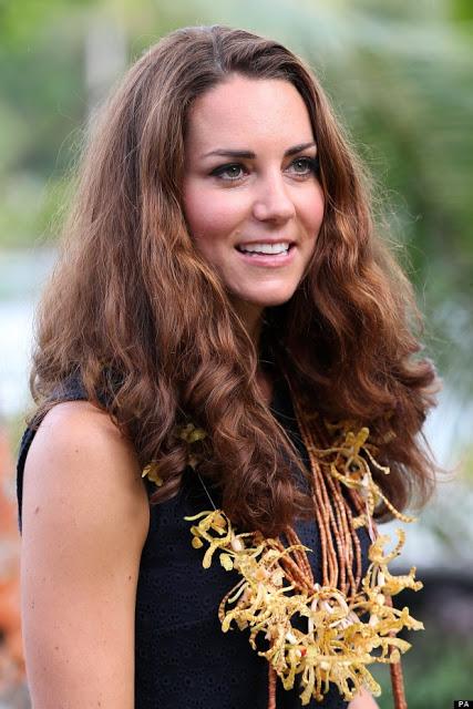 Ne sa qualcosa anche Kate Middleton che in uno dei suoi viaggi ufficiali, questo alle isole Salomone, no ha potuto evitare l'effetto cocker :D