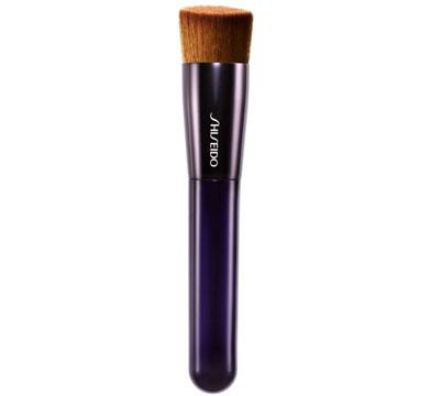 con il manico lungo e le setole dense e piatte della Shiseido