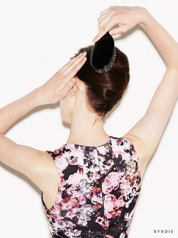 e pettinando il resto dei capelli per rendere il tutto più 'pulito'